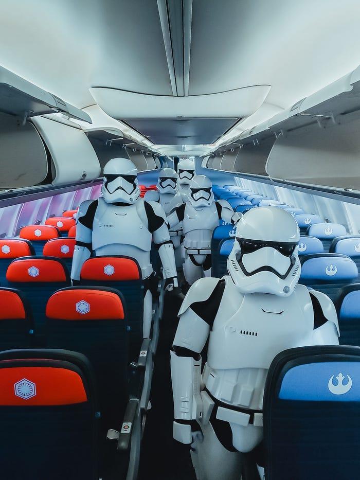 szmk_star_wars_csillagok_haboruja_skywalker_kora_rise_of_the_force_united_airlines_boeing_repulo_kylo_ren_rey_bb8_elso_rend_ellenallas_galaxis_5.jpg