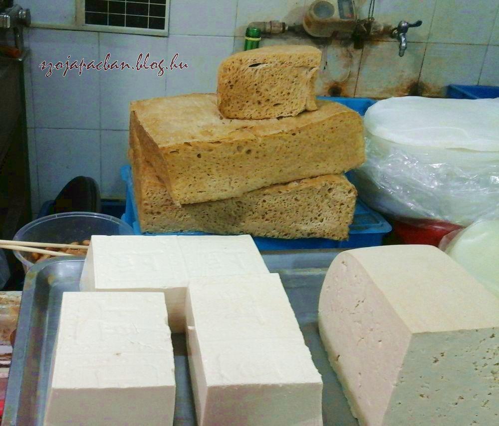 Elől tofu, hátul nem törökméz, hanem szeitán, azaz búzafehérje. A szeitán,azaz kaofu (烤麸) jellegzetes hozzávalója az ázsiai vegetáriánus ételeknek, elsősorban a húspótló szerepét tölti be, ahogy mifelénk is.