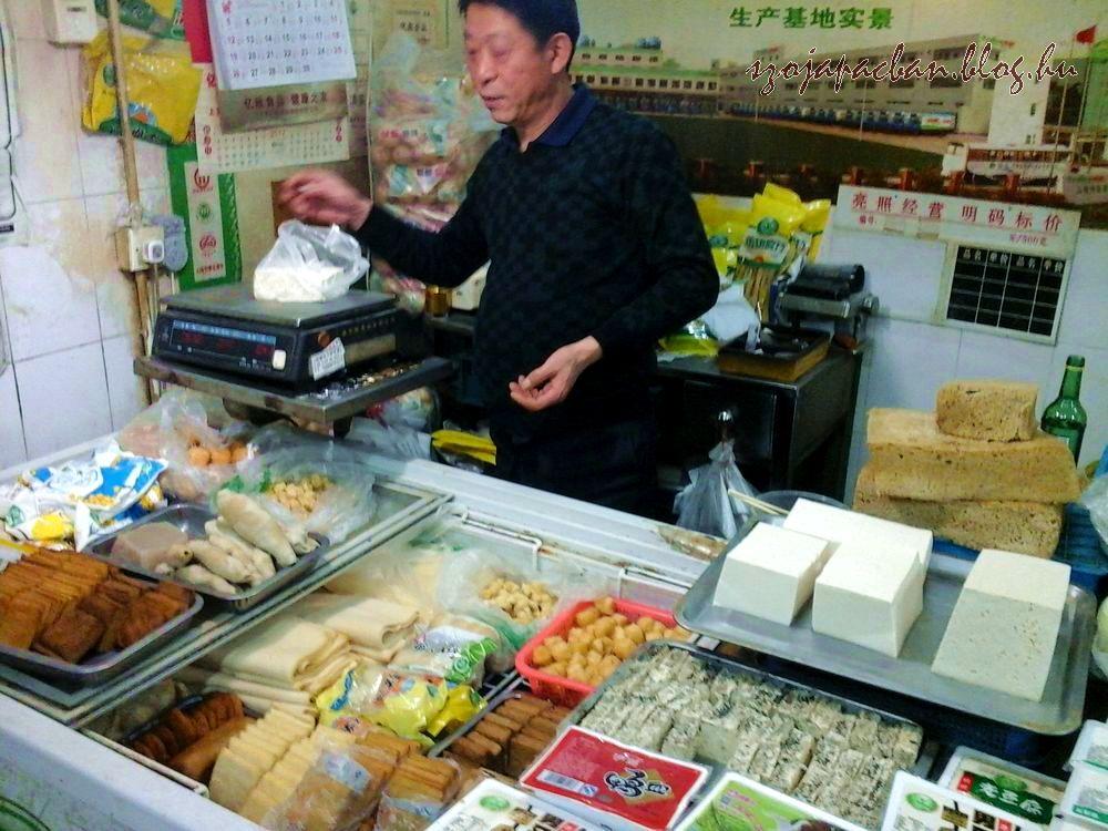 Az ázsiai konyha ősrégi alapanyaga a tofu, ami számtalan formában megtalálható Kínában is. Ezek a képek egy Shangai-i piacon készültek.