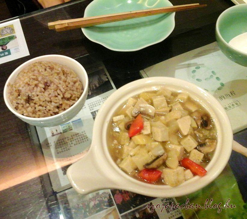 Az agyagedényben  főtt tofut a közösen ettük, Mirié a babos barna rizses köret volt