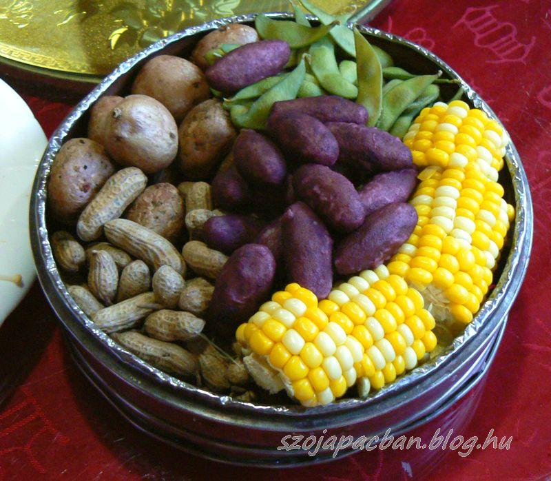 A világ legszebb párolt zöldségtálja kukoricával, zöld szójával, héjas földimogyoróval és lila édesburgonyával.