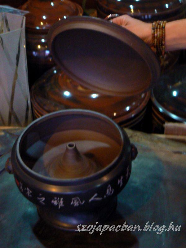 """Az a bizonyos """"qiguo"""" párolóedény itt ritka kidolgozású, fényes """"jian shui"""" kerámiából."""