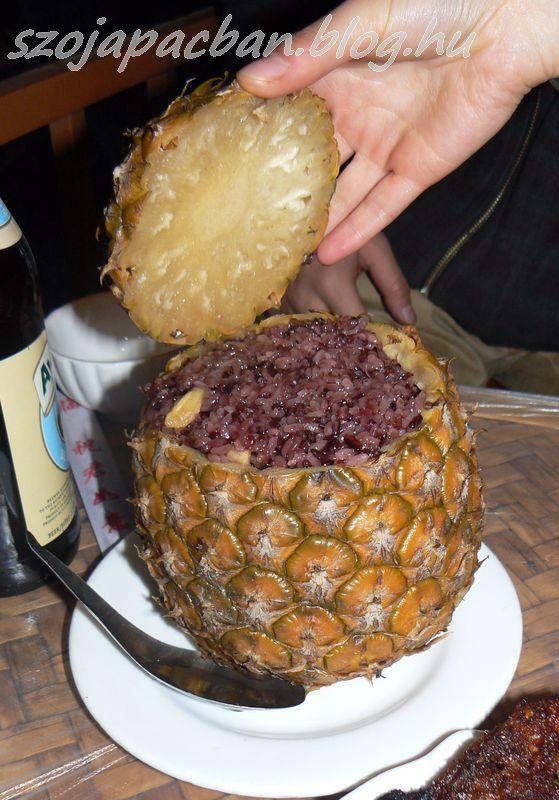 Ananászban párolt fekete ragacsos rizs édesen. dai specialitás.