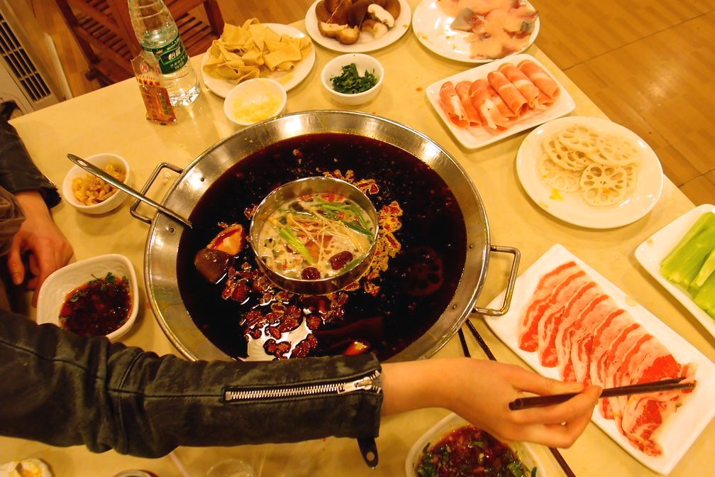 Két személyre kicsit sok lett, de  marha, hal és birkaszeleteket, kínai salátaspárgát, friss shiitake gombát, lótuszgyökeret és tofubőrt kértünk hozzá. Éljen!