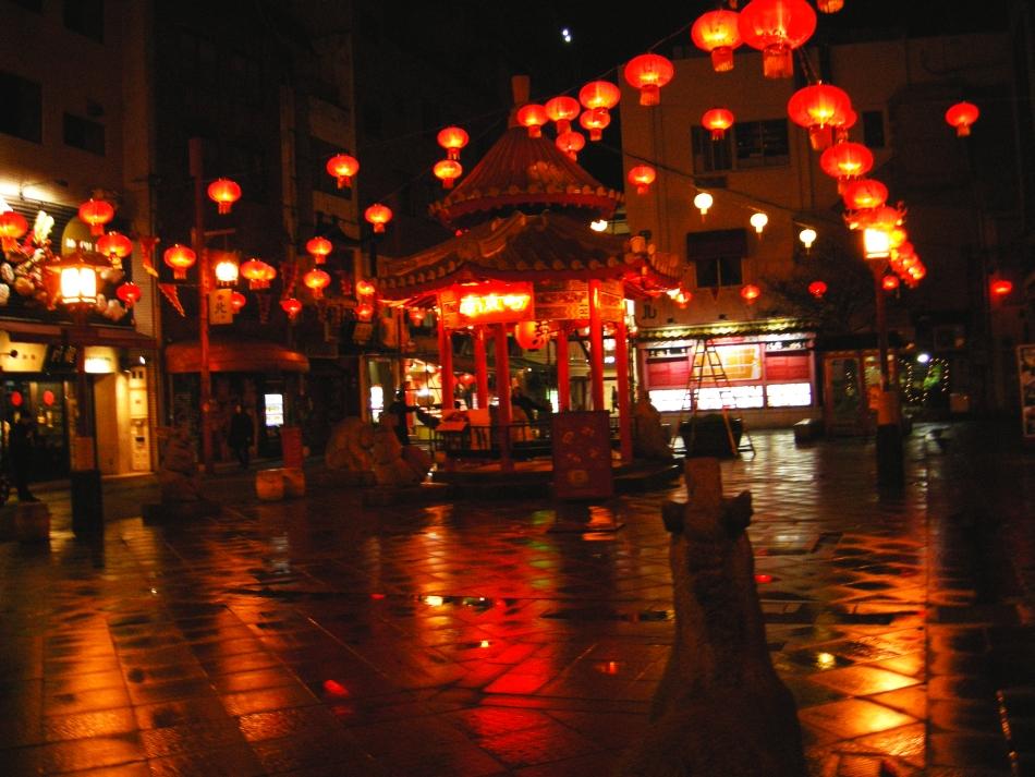 Este különösen szépek a piros lampionok