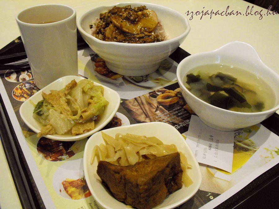 Menüm:főtt rizs vega szelettel darált vega hússal, egy falat sült tofu főtt bambuszrüggyel savanyúsággal és egy kis levessel, jeges árpateával