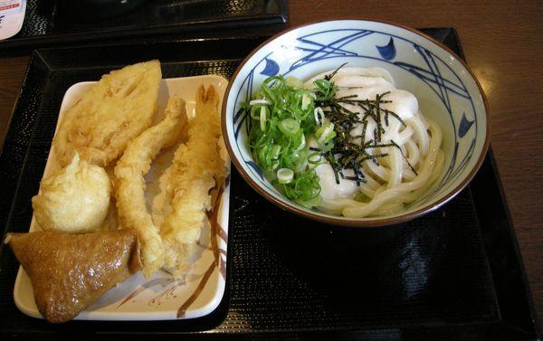 tororo(reszelt jamszgyökér) udon zöldhagyma, nori alga. hozzá tempurázott tojás, lótuszgyökér, rák, és egy inari szusi