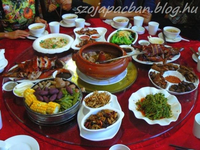 Yiliang-i vacsoránk teljes szélességében.