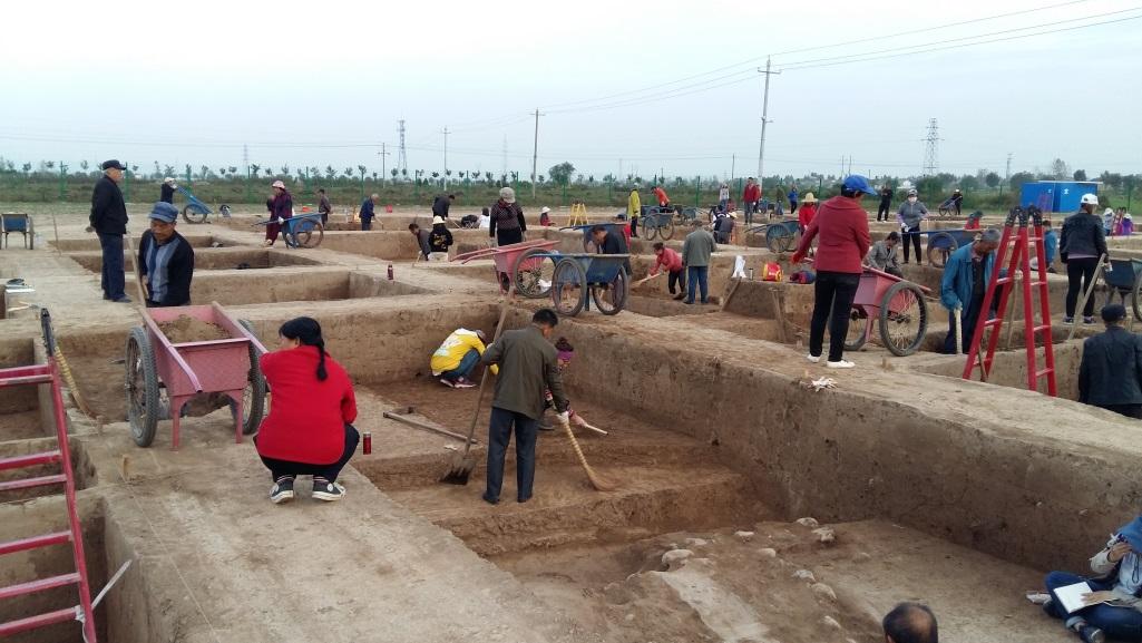 Kínai munkások szelvényt takarítanak