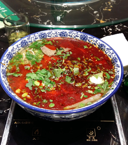 Kínai 'hot pot': leves tésztával, gombával, sertéshússal, kenyér- és zöldségfélékkel