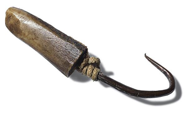 Inuitok által módosított/másodlagosan felhasznált anyagból készült horog.<br /><br />Forrás: https://www.nytimes.com/interactive/2016/03/20/magazine/franklin-expedition.html