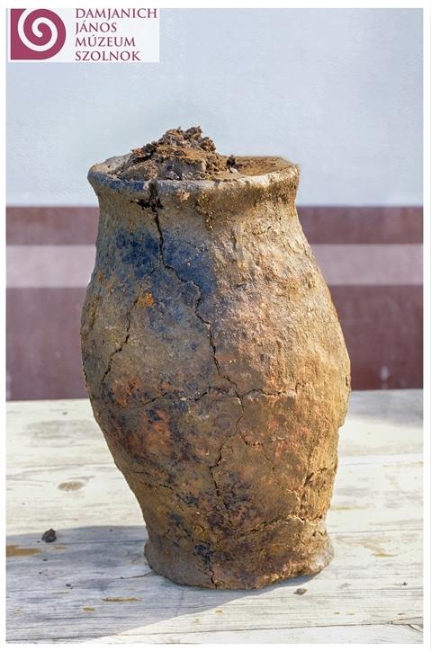 Kézzel formált, durva minőségű 'háztartási' edény, melynek földjében apró magvak voltak.