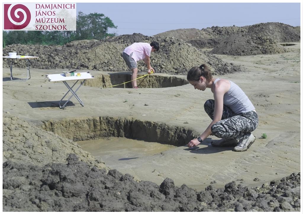 Az ELTE RI régészhallgatói ásatási gyakorlatain.