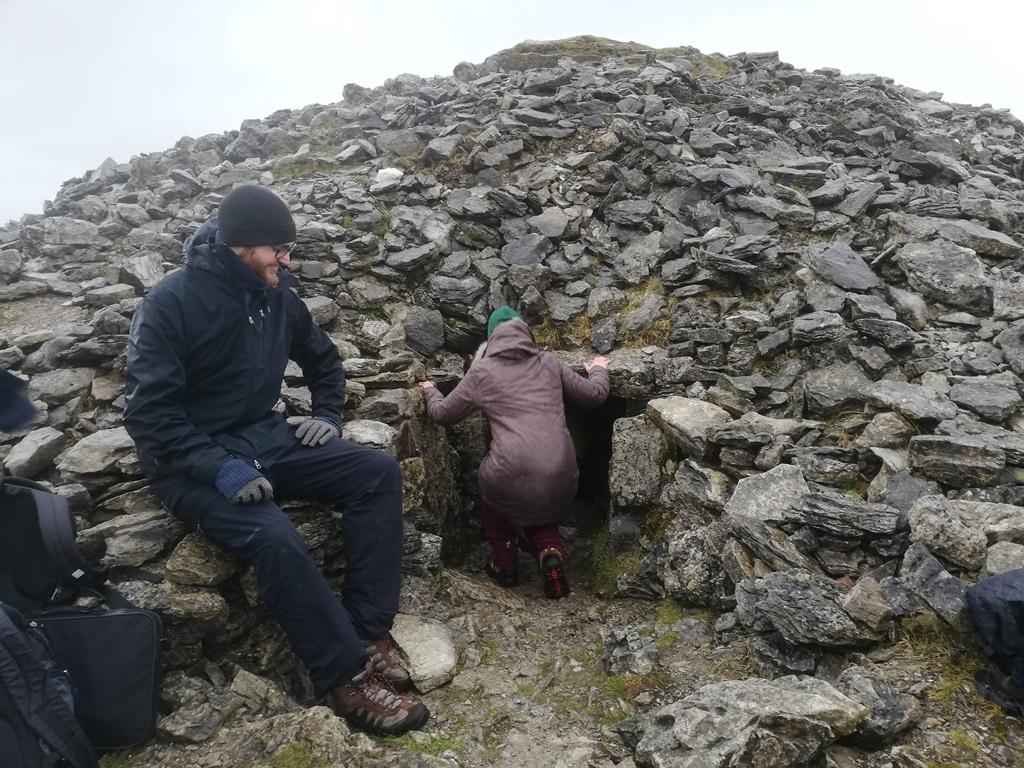 9. kép: Ereszkedem le/be éppen az egyik temetkezési halomba, ahová egy hosszú úgynevezett passzázson keresztül kellett bemásznunk