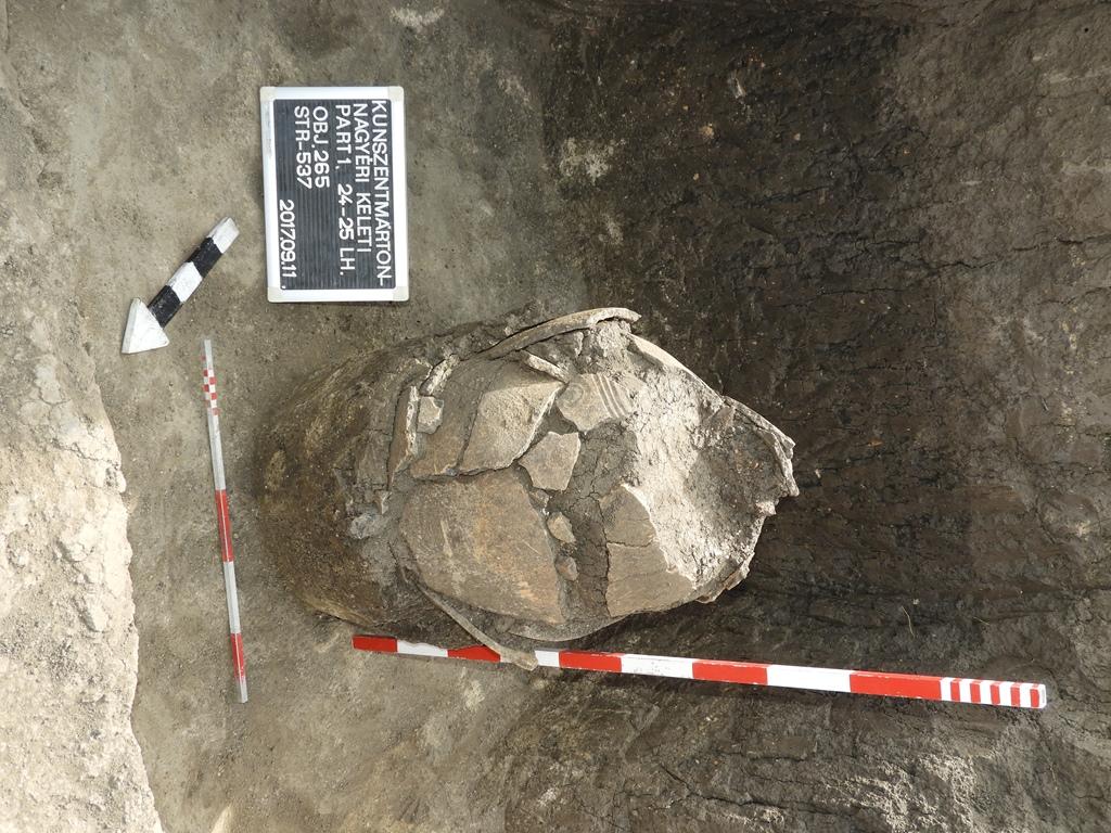 Szétszántott késő bronzkori urna