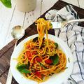 Tészta és cukkini spagetti, fokhagymás, paradicsomos, bazsalikomos szószban