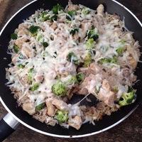 Egyserpenyős, sajtos csirke, rizzsel és brokkolival