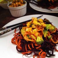Vegán curry, édesburgonya spirálon, chilis mangósalsával