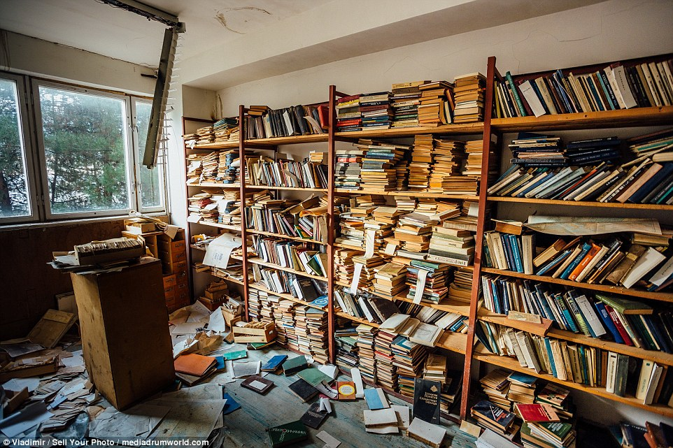 4eec8a8c00000578-6038849-numerous_bookcases_still_have_moulding_books_lying_where_researc-a-3_1533759056121.jpg