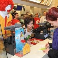 Anettka autogramot kért a vásárlóktól