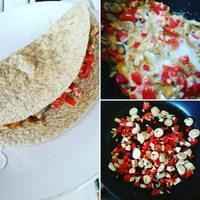 384 kalóriás reggeli egy 60 perces #HIIT edzés után.  Teljes  kiőrlésű  tortilla  lapba  csavart  zöldséges  rántotta (1 tojás+1 fehérje) Champion's breakfast: whole grain tortilla with veggies frittata (1 whole egg +1 White)  384 kcal, protein: 20.9 g, carbs: 34.9 g, fat: 16.4 g,  fiber: 6.7 g