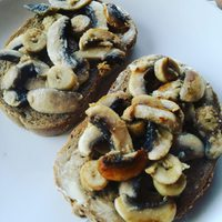 Incredibly garlic toast with garlicy roasted mushroom and yeast flakes❤