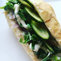 Black radish-purple onion-lamb lettuce-cucumber sandwich