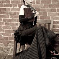 Victorian Glamour: Keleti költőleány cirádás szemöldökkel