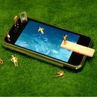 iPhone-nal lazuló emberkék