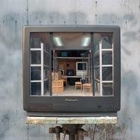 Apró szobák kibelezett tévék belsejében