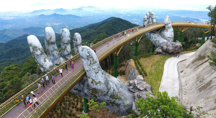 creative-design-giant-hands-bridge-ba-na-hills-vietnam-5b5ec9f07c1d1_700.jpg