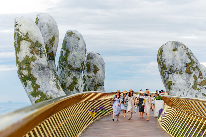 creative-design-giant-hands-bridge-ba-na-hills-vietnam-5b5ec9f26db57_700.jpg