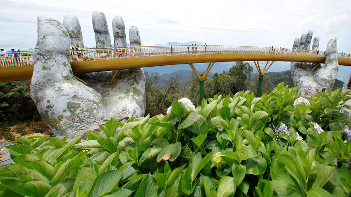 creative-design-giant-hands-bridge-ba-na-hills-vietnam-5b5ec9fe9f6d9_700.jpg