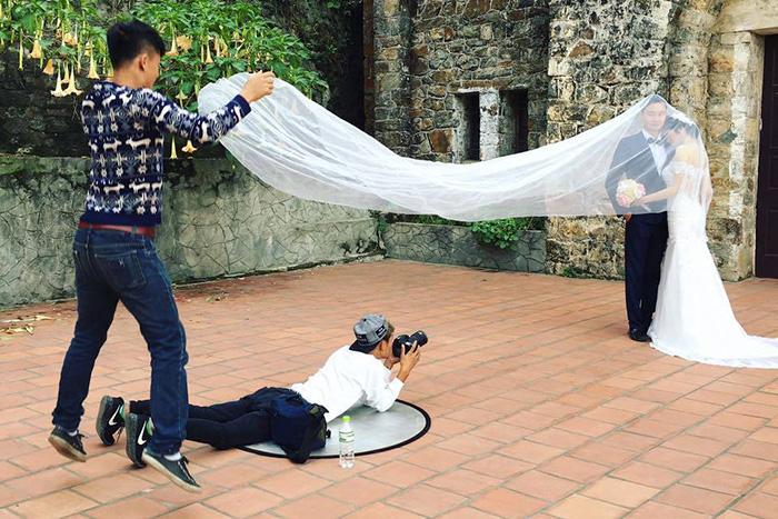 funny-crazy-wedding-photographers-behind-the-scenes-17-5774e2c274f17_700.jpg