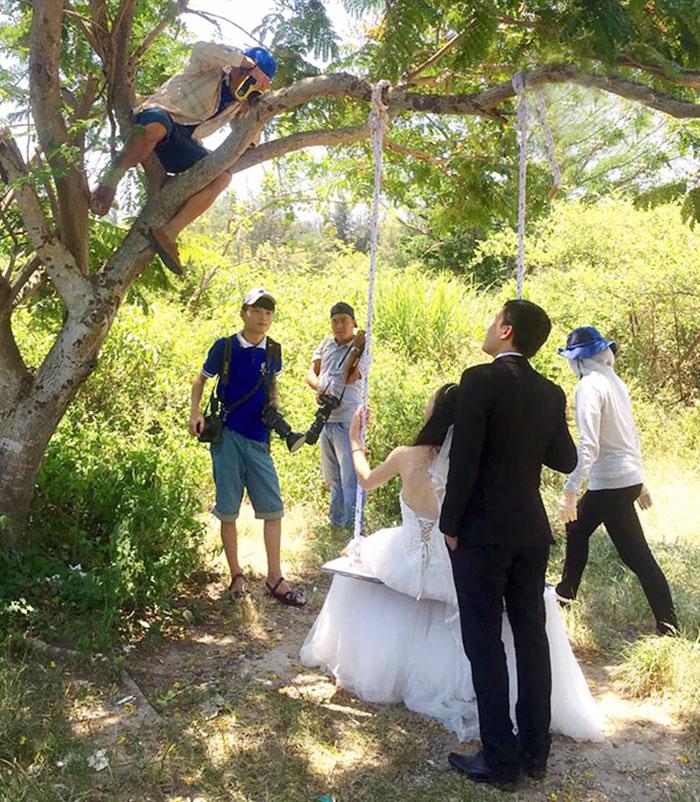 funny-crazy-wedding-photographers-behind-the-scenes-20-5774e2cb01597_700.jpg