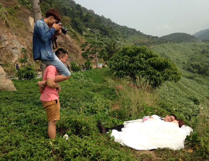 funny-crazy-wedding-photographers-behind-the-scenes-25-5774e2dcdc1f6_700.jpg