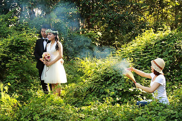 funny-crazy-wedding-photographers-behind-the-scenes-26-5774e2e02f803_700.jpg