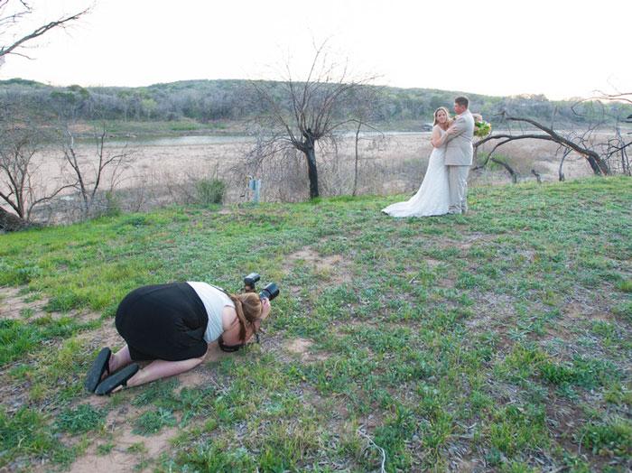 funny-crazy-wedding-photographers-behind-the-scenes-28-5774e2e4e7449_700.jpg