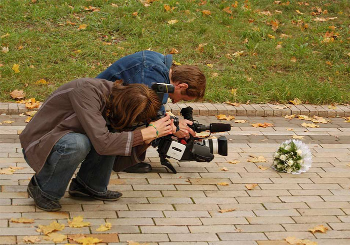 funny-crazy-wedding-photographers-behind-the-scenes-34-5774e2f815f8d_700.jpg