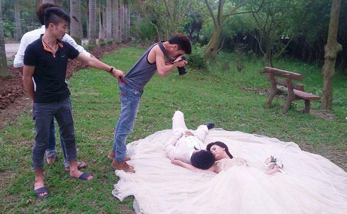 funny-crazy-wedding-photographers-behind-the-scenes-38-5774e30460de6_700.jpg