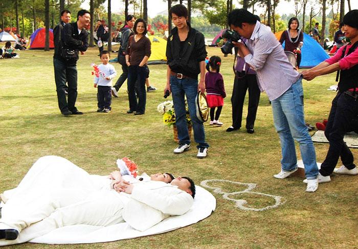 funny-crazy-wedding-photographers-behind-the-scenes-43-57751a876de00_700.jpg
