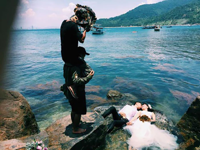funny-crazy-wedding-photographers-behind-the-scenes-44-5774e3160b450_700.jpg