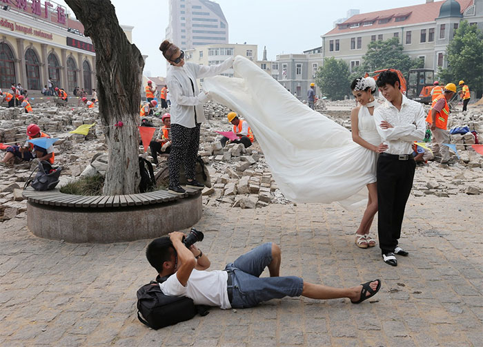 funny-crazy-wedding-photographers-behind-the-scenes-44-57751a99d3f87_700.jpg