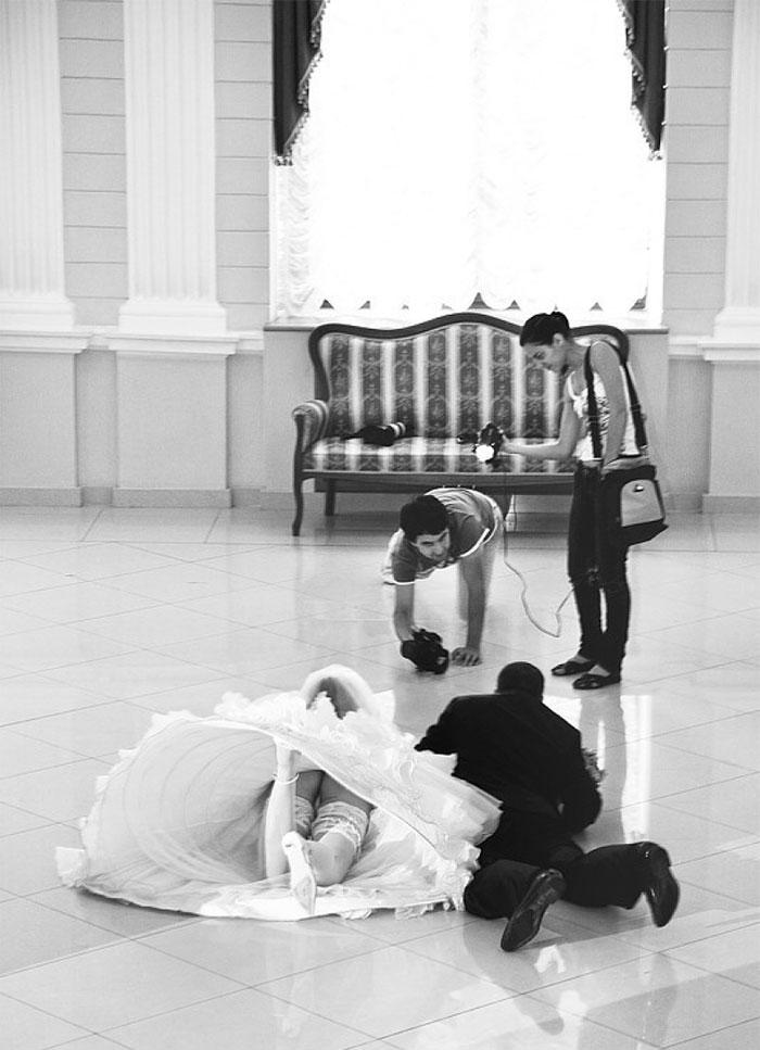 funny-crazy-wedding-photographers-behind-the-scenes-48-5774e32201b36_700.jpg
