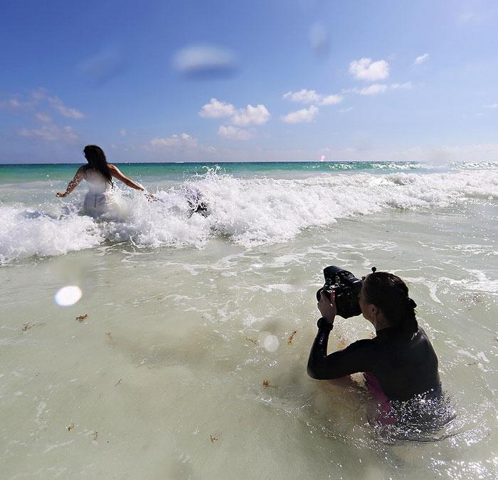 funny-crazy-wedding-photographers-behind-the-scenes-51-5774e32ae41db_700.jpg