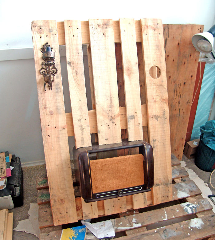 i-transformed-pallets-into-a-functional-wall-decoration-586e17b6a4c74_700.jpg