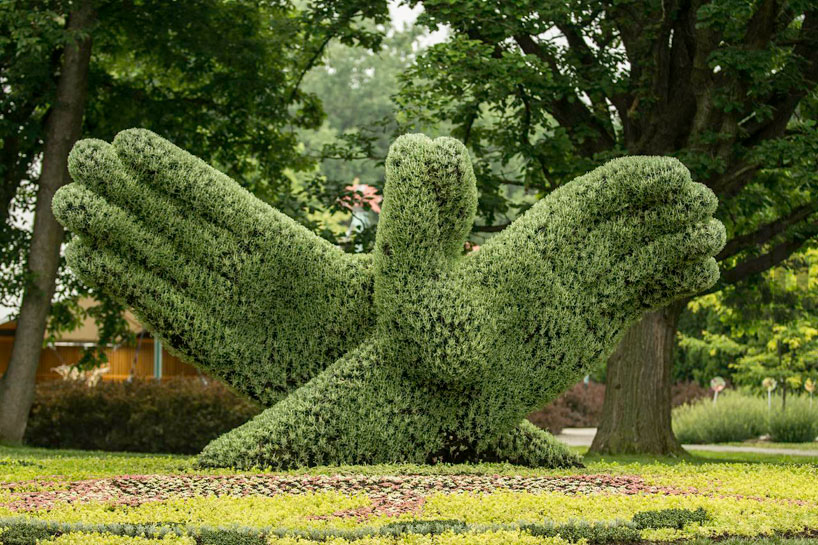 massive-hordicultural-sculptures-in-montreal-designboom-02.jpg