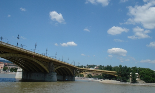 A Margit híd a Duna pesti partjáról fotózva.