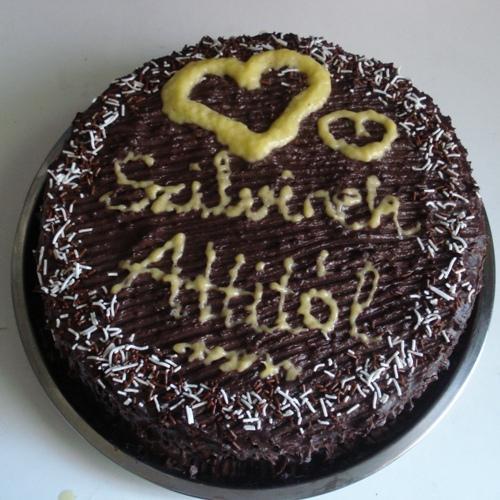 """A kész torta, a tetején """"Szilvinek Attitól"""" felirattal :)"""