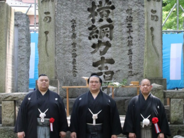Kisenosato és a Yokozuna-kő